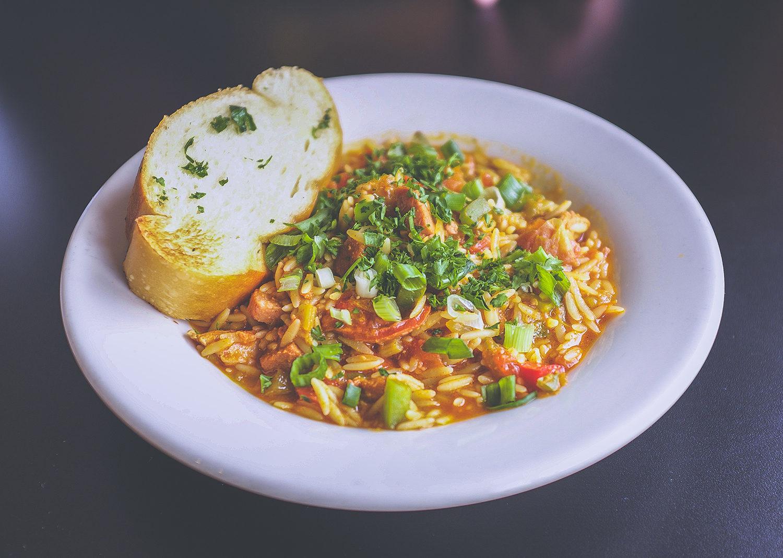 Tallrik med ris, gryta och bröd